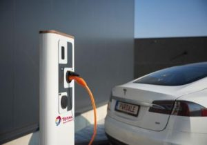 Total lanceert geïntegreerde laadoplossing voor elektrische bedrijfsvoertuigen